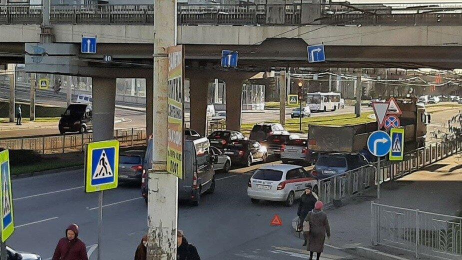 На Московском проспекте из-за ДТП с участием грузовика образовалась пробка (фото)