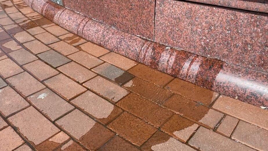 На площади Победы потёк главный фонтан у триумфальной колонны (видео) - Новости Калининграда | Фото Александра Подгорчука