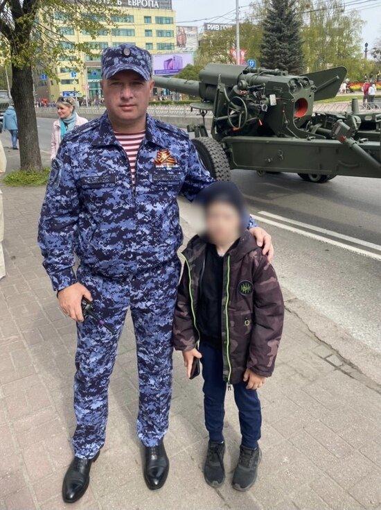 В Калининграде росгвардейцы нашли семилетнего мальчика, который потерялся во время парада Победы - Новости Калининграда | фото пресс-службы Росгвардии