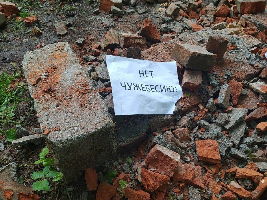 «Нет чужебесию!»: в Калининграде вандалы разбили скамейку и памятник немецкой брусчатке - Новости Калининграда | Фото: Инга Долотова