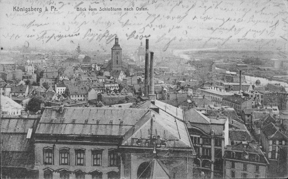 Две трубы — первая электростанция Кёнигсберга, слева — церковь Святой Барбары | Фотография на открытке 1911 года