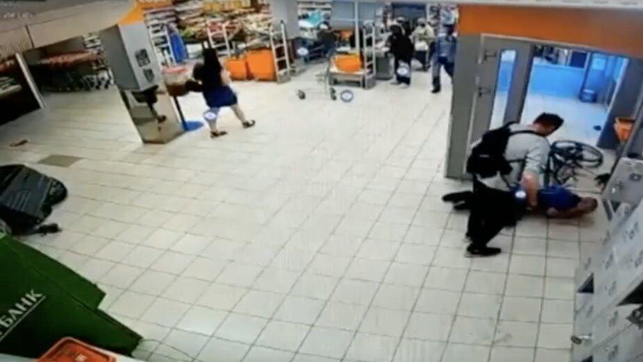 В Калининграде мужчина повалил на пол охранника магазина и ударил ногой в лицо - Новости Калининграда | Изображение: кадр из видео
