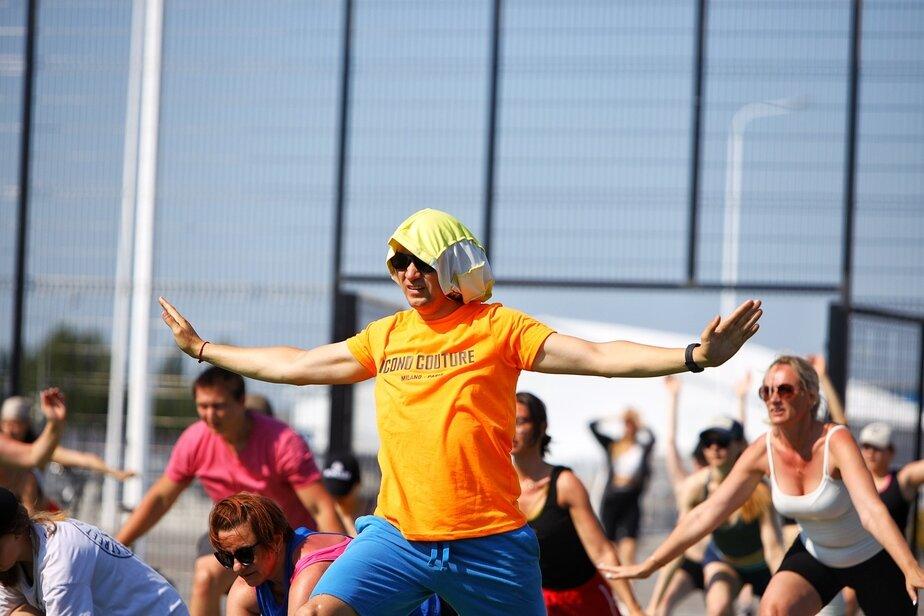 Фото дня: йога на стадионе «Калининград» - Новости Калининграда | Фото: Александр Подгорчук / «Клопс»