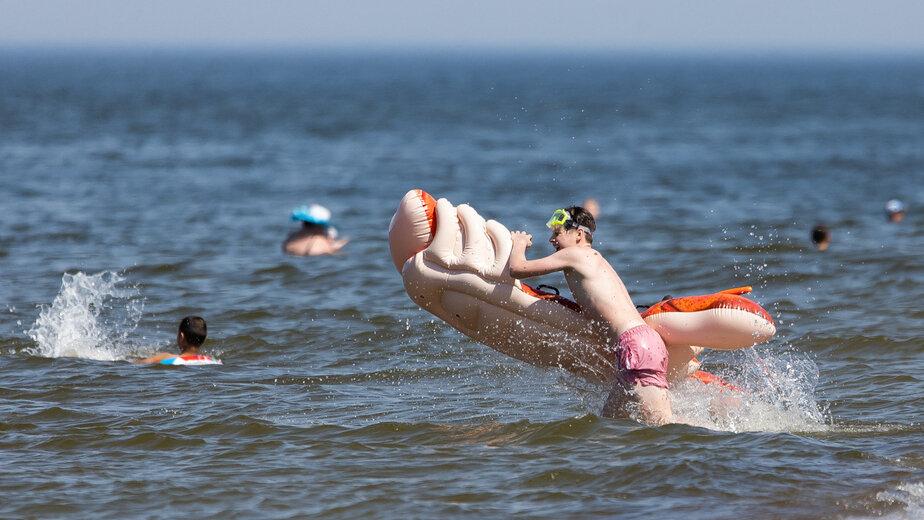В Калининградской области за три дня восемь человек унесло в море на матрасах - Новости Калининграда | Фото: Александр Подгорчук / «Клопс»