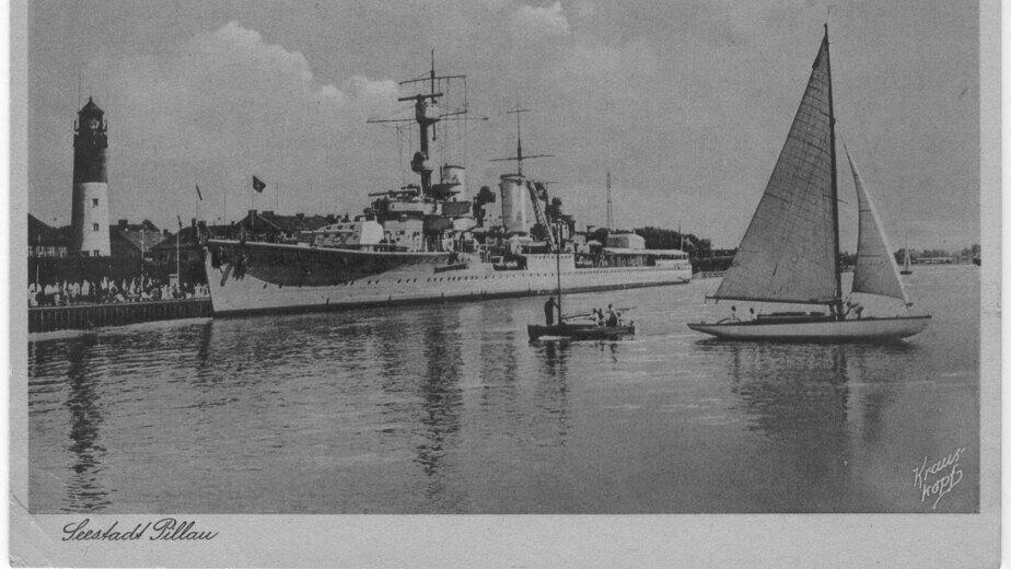 Крейсер «Кёнигсберг» возле маяка в гавани Пиллау | Фотография на открытке 1930 года