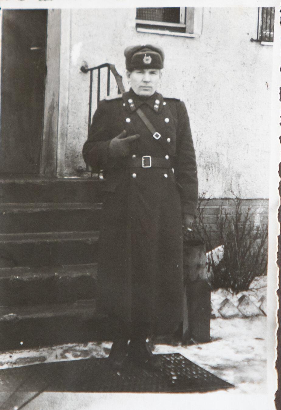 Лётчик-истребитель Василий Мамаев на ступеньках своего дома в Воздушном посёлке | Фото: личный архив