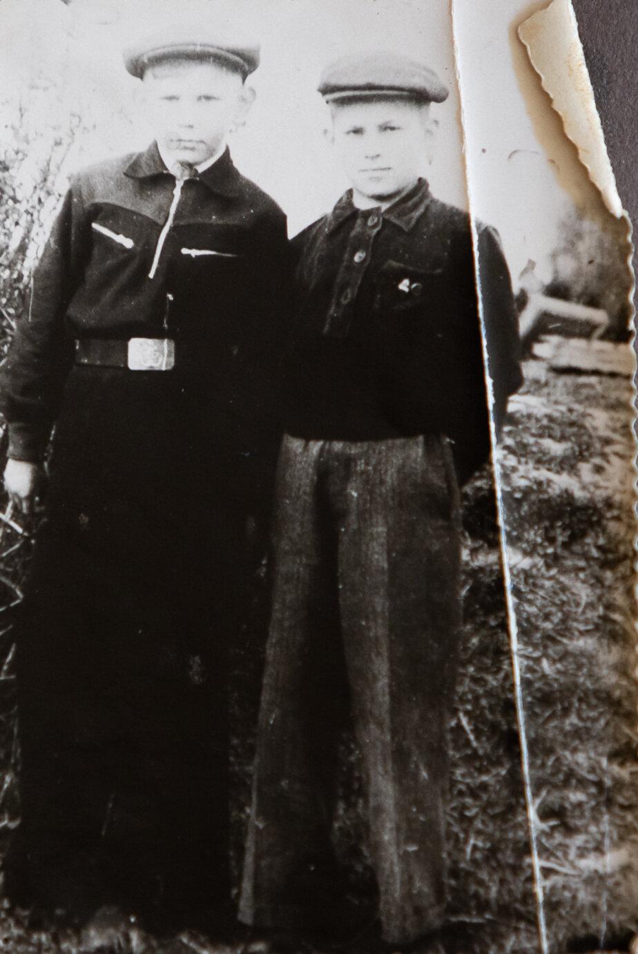 Толя Мамаев (слева) с приятелем | Фото: личный архив