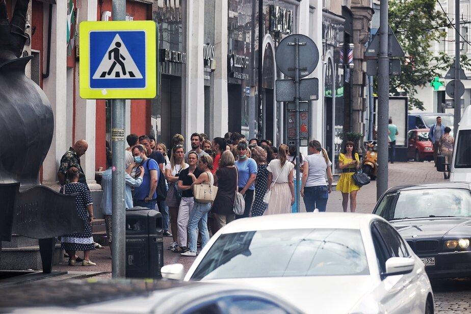 Очередь в пункт вакцинации в офисе ресторана «Лондон» в понедельник, 28 июня   Александр Подгорчук