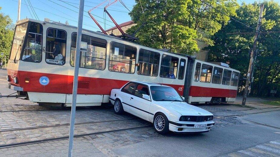 На Коммунальной из-за столкнувшегося с трамваем BMW образовалась пробка - Новости Калининграда | Фото очевидца